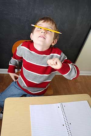 Unruhiges Kind in Schulklasse