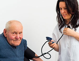 Blutdruck-Messung an älterem Mann