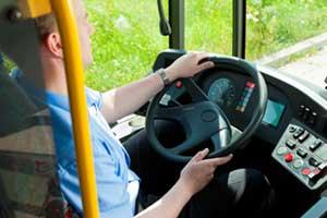 Ein Busfahrer lenkt einen Bus