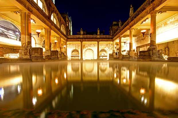 Die römischen Bäder von Bath bei Nacht