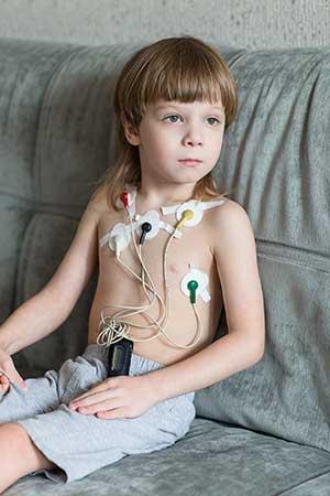 Kind mit mobilem EKG-Gerät