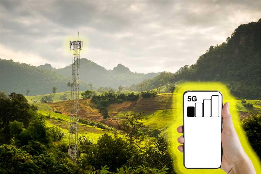 Mobilfunk-Sendeturm und Mobiltelefon mit schlechtem Empfang am Land