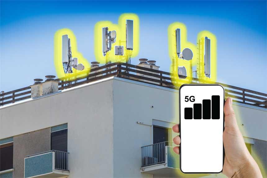 Sendeantennen und Mobiltelefon mit gutem Empfang in der Stadt
