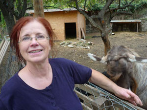 Frau Mag. E. mit ihrer Ziege Flora