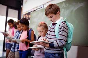 Gruendschüler lernen am Tablet