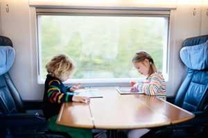 Kinder spielen im Zug