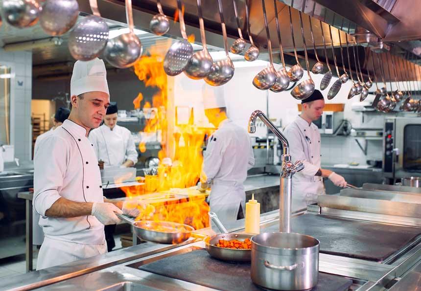 Koch in Küche