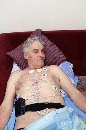 Herzpatient mit Holter-Monitor
