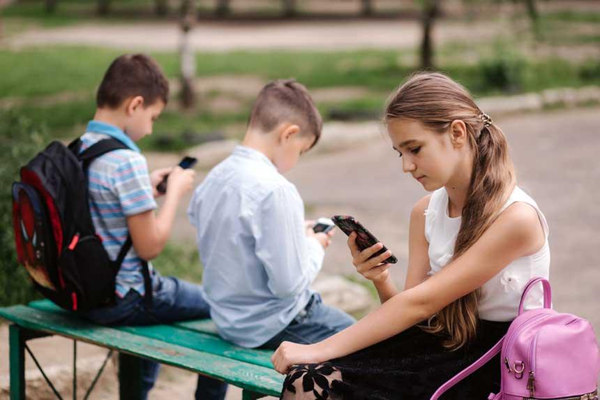 Schüler mit ihren Smartphones in der Pause