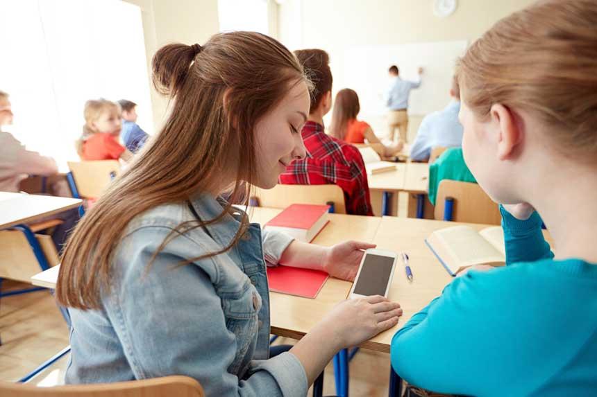 Schüler mit ihren Smartphones in der Schulklasse