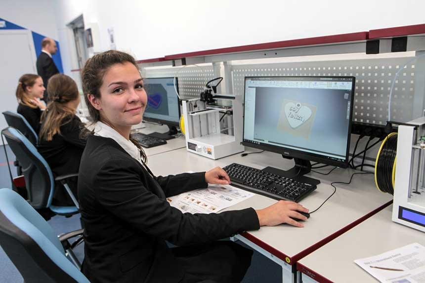 Schülerinnen lernen an kabelvernetzten PCs