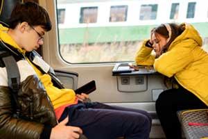 Schulkinder mit Smartphones im Zug