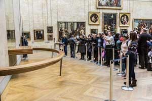 Touristen mit Smartphones im Louvre