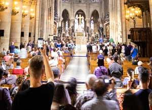 Touristen mit Smartphones in Notre Dame
